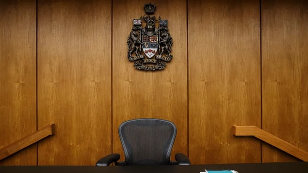 Chaise dans un tribunal albertain