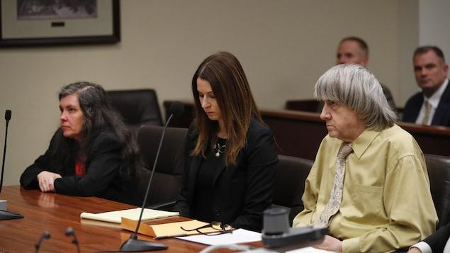 David Turpin, à droite, et son épouse Louise, à gauche, pendant l'audience du 22 février à Riverside en Californie. Ils reconnaissent avoir torturé leurs enfants.