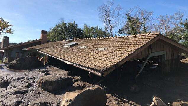 Une maison de Montecito, en Californie, est ensevelie de boue et de débris presque jusqu'au toit.