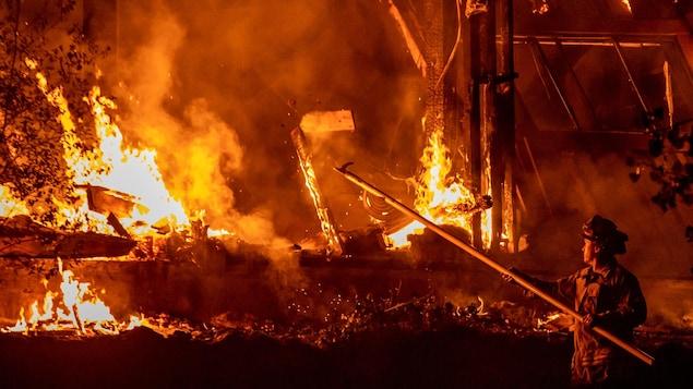 L'incendie Kincade alimenté par des vents détruit des structures comme des maisons.