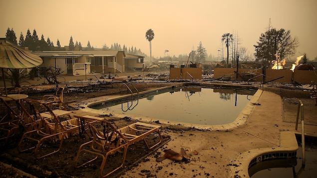 Ce qui reste d'un parc de caravanes et des piscines à Santa Rosa en Californie.
