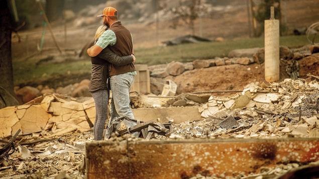 L'homme et la femme sont dans les bras l'un de l'autre.
