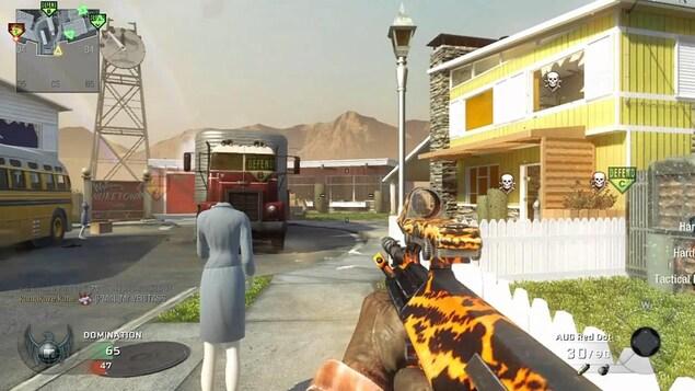 Capture d'écran du jeu Call of Duty: Black Ops, avec une vue en première personne d'un personnage tenant un fusil.