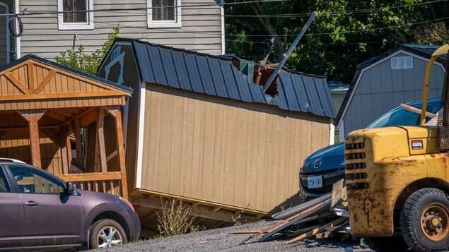 Une petite maison dont le toit a été percé.