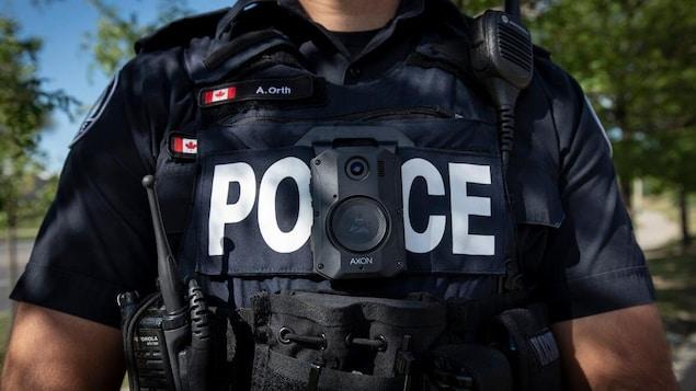 La poitrine d'un policier, avec tout son équipement.