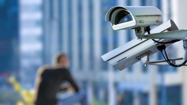 Caméra de sécurité en milieu urbain.