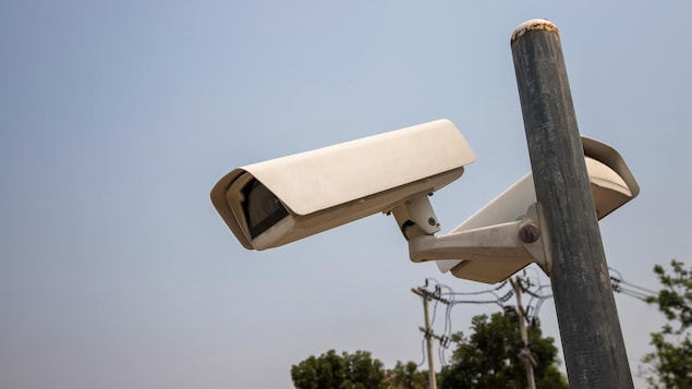 Des caméras de surveillance montés sur un poteau, à l'extérieur.