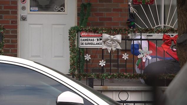 Une affiche annonçant la présence d'une caméra de surveillance, sur le balcon d'un appartement.