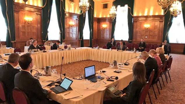 les sénateurs sont assis autour d'une table.