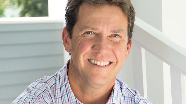 Portrait de Cameron Montgomery, devant un arrière-plan neutre.