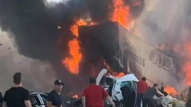Un camion en flammes.