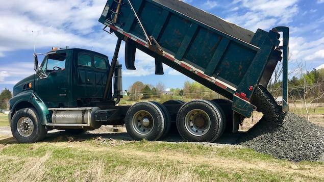 Les travailleurs s'affairent à la réparation du sentier pédestre Gibson, à Fredericton.