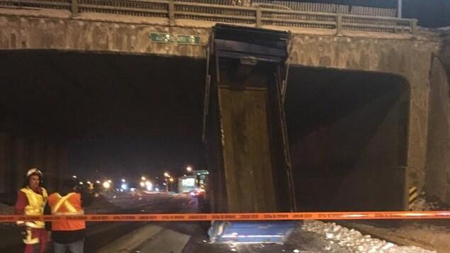 La benne du camion était visiblement ouverte au moment de l'impact avec le viaduc de l'autoroute Henri-IV.