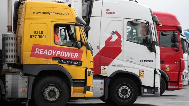 Des camionneurs dans un stationnement de Cobham, au Royaume-Uni.
