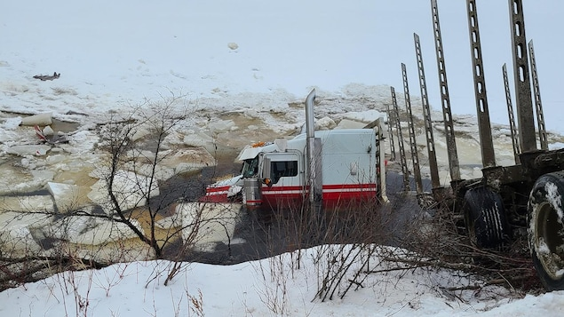 Un camion dans une rivière glacée.