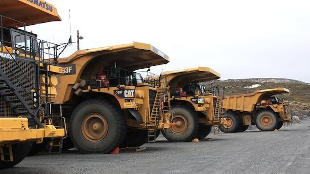 Des camion de 240 tonnes au site de la mine du lac Bloom.