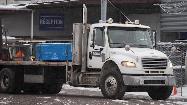 Un camion de livraison.
