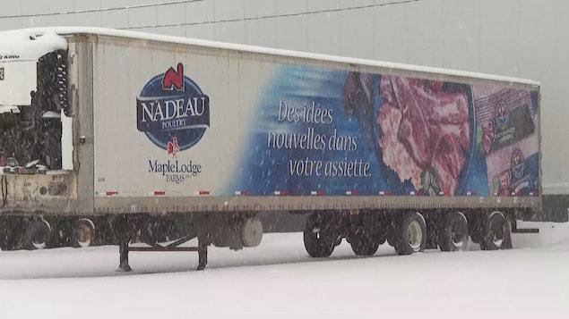 Un camion de transport de la compagnie Nadeau.