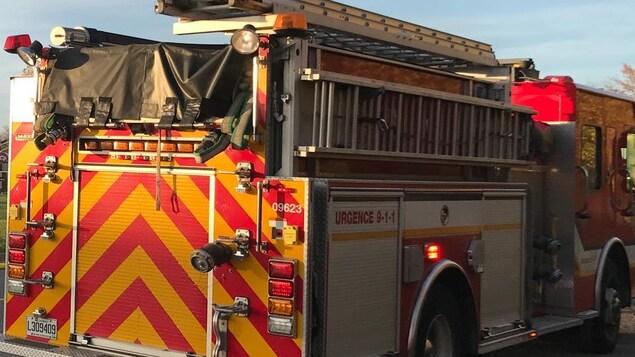 Camion de pompier sur les lieux d'un incendie