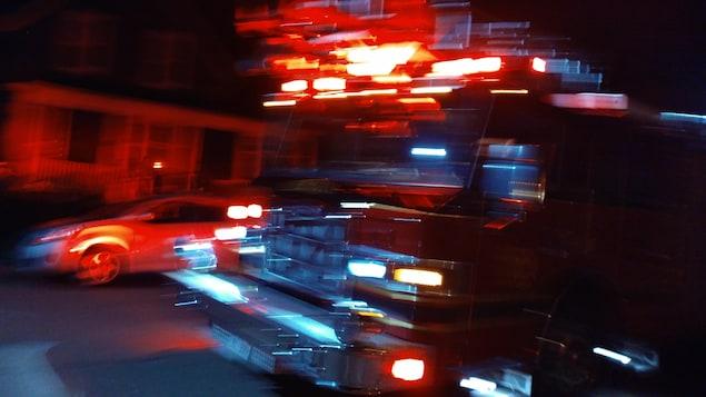 Un camion de pompier.