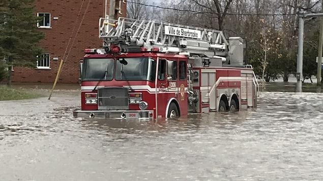Un camion de pompiers dans l'eau.