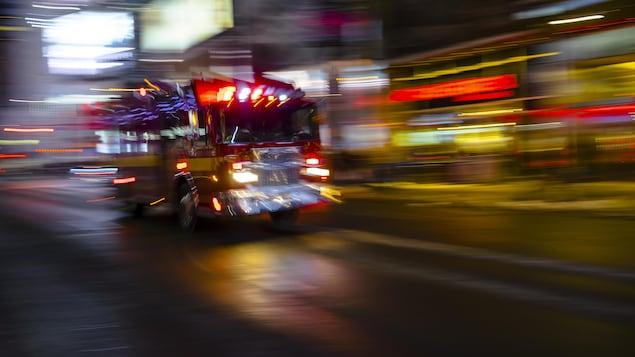 Camion d'incendie circulant à toute vitesse.