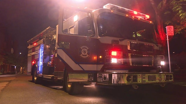 Un camion de pompier stationné.