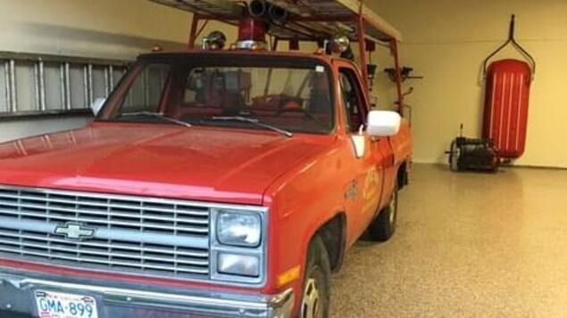 Le camion de pompiers de Little Bay stationné à la caserne.