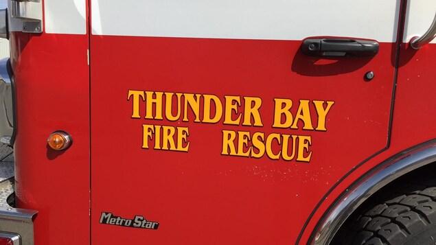La portière d'un camion du service des incendies de Thunder Bay.