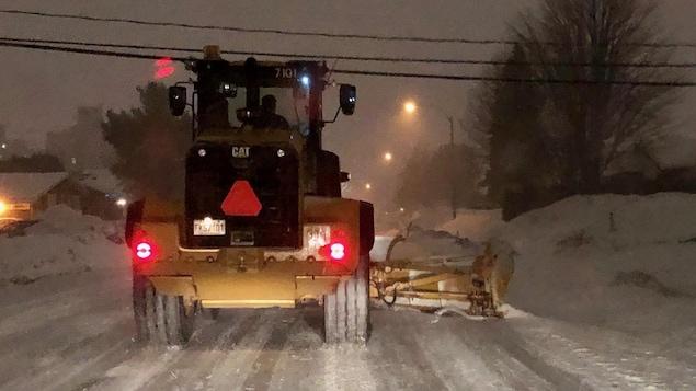 Un camion déblaie la neige sur une rue de Gatineau.