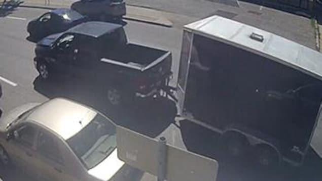 Image de vidéosurveillance d'une camionnette et d'une remorque.