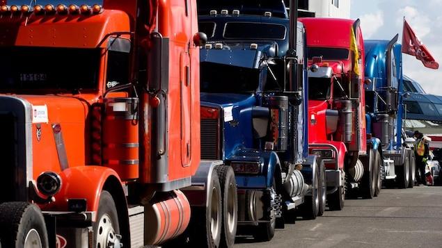 Des camions en file.