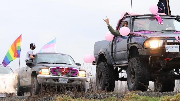 Des camions couverts de symboles de soutien envers la communauté LGBTQ et transgenre défilent dans les rues de Mission.