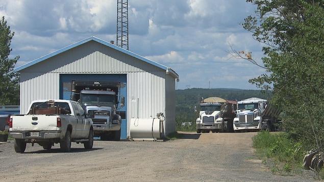 Des camions et un garage.