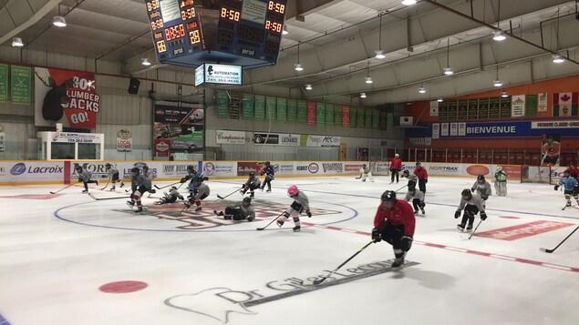 Un entraînement de patinage pour de jeunes hockeyeurs.