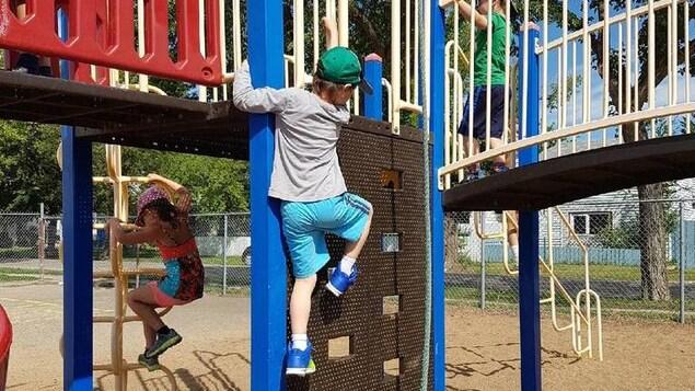 Un enfant qui joue dans un parc.