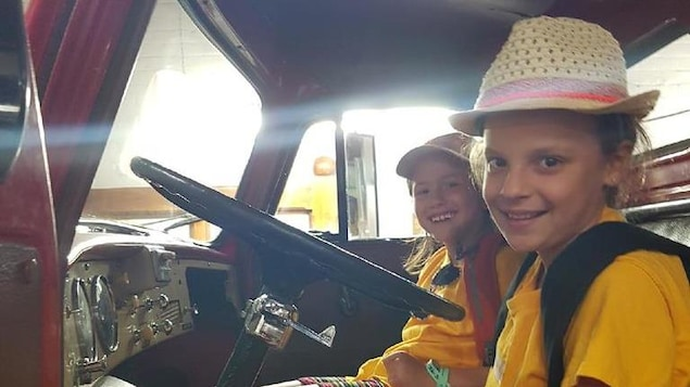 Des enfants à bord d'un camion.