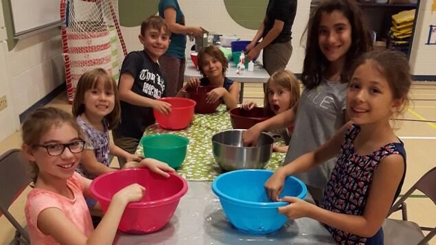 Des enfants participent à un atelier de cuisine.