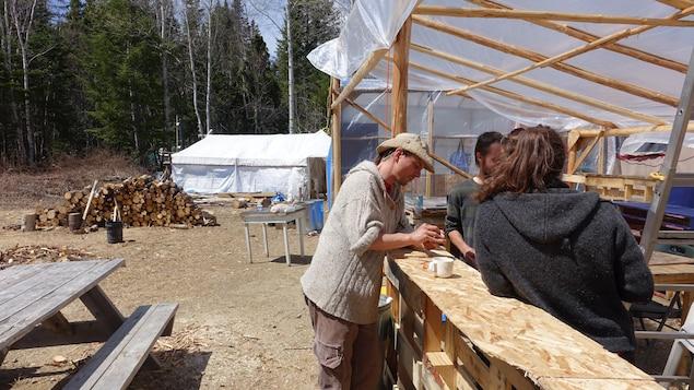 Les occupants construisent un abri temporaire pour offrir leur formation