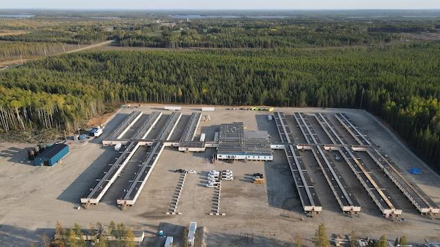 Vue aérienne d'un camp de travailleurs.
