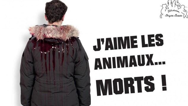Un homme porte un manteau avec de la fourrure et du sang qui en coule