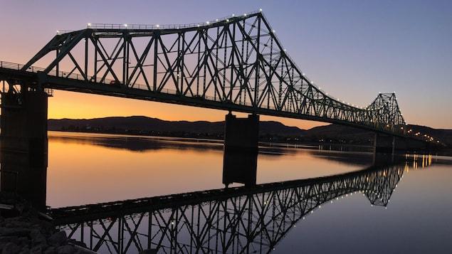 Coucher du Soleil derrière le pont