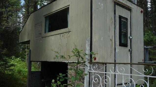 Un campement illégal en forêt.