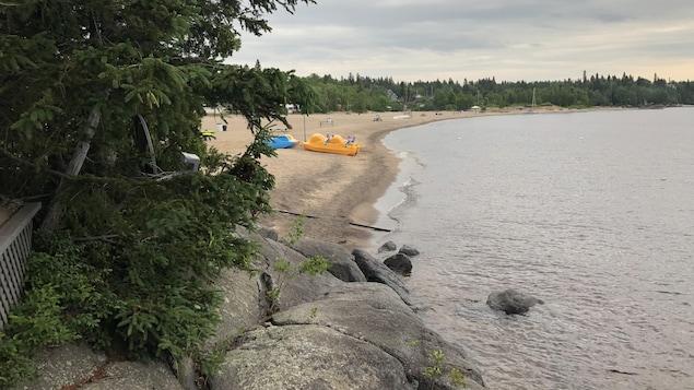 Une plage et un cours d'eau.