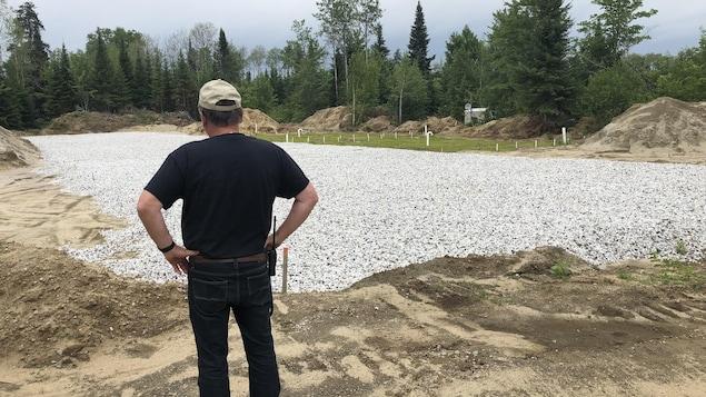 Un terrain vague est recouvert de roche de drainage.