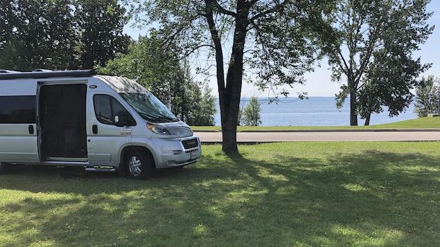 Un véhicule motorisé devant le lac Saint-Jean.