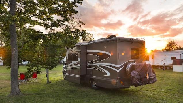 Des véhicules récréatifs sur un terrain de camping