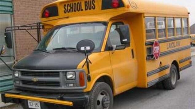 Autobus scolaire jaune muni du bras d'extension.