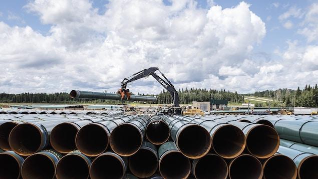 La conduite du pipeline Trans Mountain est déchargée à Edson, en Alberta, le mardi 18 juin 2019.