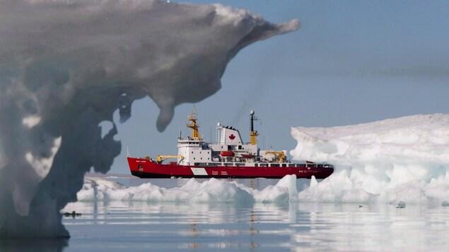 Le brise-glace moyen de la Garde côtière canadienne Henry Larsen à Allen Bay.